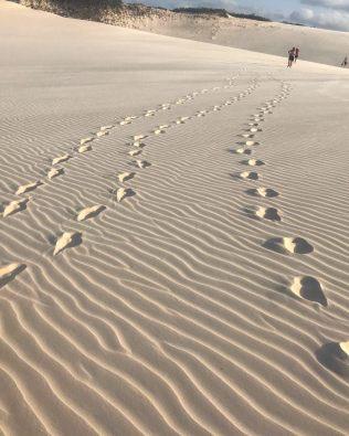 Pegadas na areia, nunca uma panturrilha trabalhou tanto